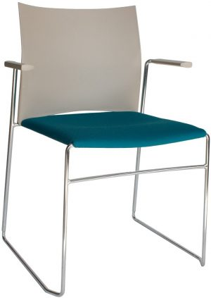 A450-30-kunststof-zaalstoel-met-gestoffeerde-zitting-armleggers-goed-stapelbaar